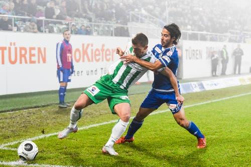 Luzerns Jahmir Hyka, rechts, hält St. Gallens Marco Aratore zurück. (Bild: Keystone / Gian Ehrenzeller)