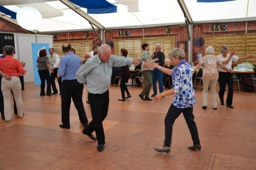 Senioren am Tanznachmittag der Pro Senectute (Bild: Beatrice Vogel / Neue LZ)