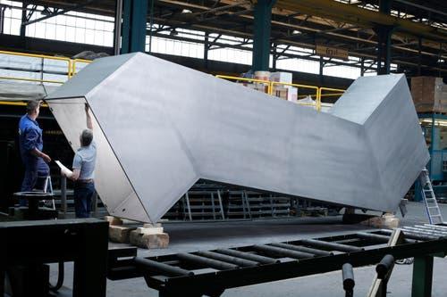 17 Tonnen schwer ist die Konstruktion aus rostfreiem Stahl, hier im Bau Mitte Mai. (Bild: Stefan Kaiser / Neue ZZ)