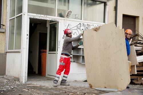 Das Material werde strikt getrennt. So haben Bauarbeiter Fenster, Türen, Kellerabteile und Spiegel einzeln ausgebaut. (Bild: Corinne Glanzmann / Neue LZ)