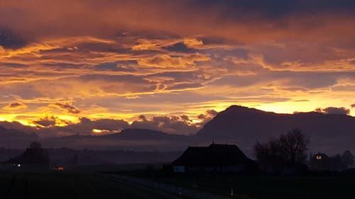 Ein schon fast traumhaft kitschiger Sonnenaufgang hinter der Rigi erfreute heute jeden Fotofreund. Aufgenommen in Ballwil. (Bild: Willy Birrer)