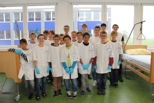 Gruppenbild. Für einen Tag Profipfleger - das konnten die 15 Jungs heute bei der ZIGG im Rahmen des Nationalen Zukunftstages sein (Bild: zvg)