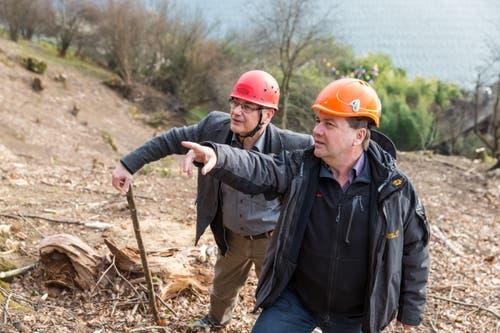 Bauingenieur Alois Käslin (rechts) und der Weggiser Gemeindeammann Baptist Lottenbach betrachten die Arbeiten gegen Steinschläge und Hochwasser. (Bild: Philipp Schmidli)