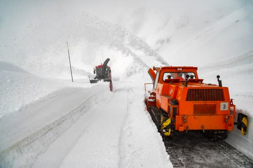 Die Schneemassen türmen sich meterhoch. (Bild: Keystone / Benedetto Galli)