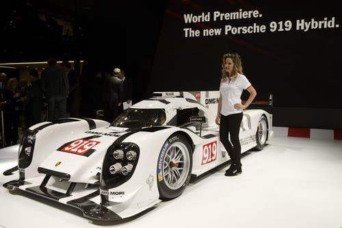 Weltpremiere: Der Porsche 939 Hybrid. Rennmässig wird der Bolide beim 24-Stunden-Rennen in Le Mans erstmals eignesetzt. 200 Mitarbeiter haben an der neuen Erfindung getüftelt. (Bild: Keystone)