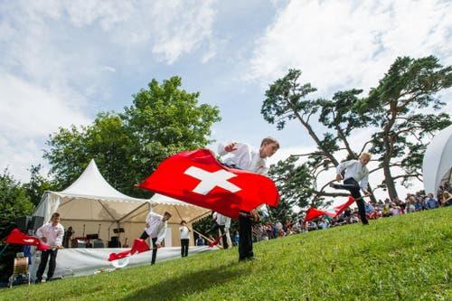 1. August Feier auf dem Rütli: Junge Fahnenschwinger in Aktion. (Bild: Roger Grütter / Neue LZ)