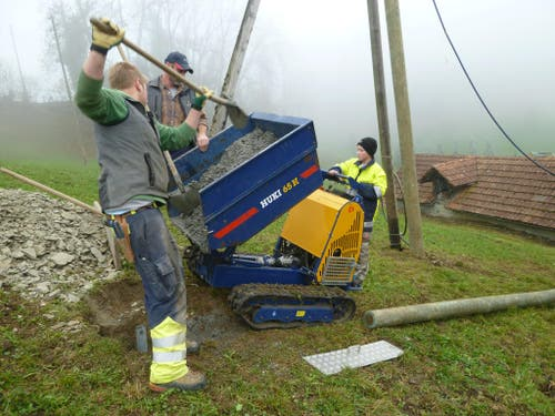 Elektrizitätswerk Obwalden: Denis Windlin unterstützt seinen Vater Andi und Netzelektriker Peter Bürgi bei der Arbeit. Als Maschinist macht er sich bereits hervorragend. (Bild: Barbara Rohrer)