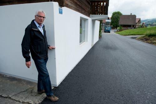 Unglaublich: Gemeindepräsident Hans Burri zeigt mit seiner linken Hand wie hoch das Wasser stand. (Bild: Dominik Wunderli (Neue LZ))