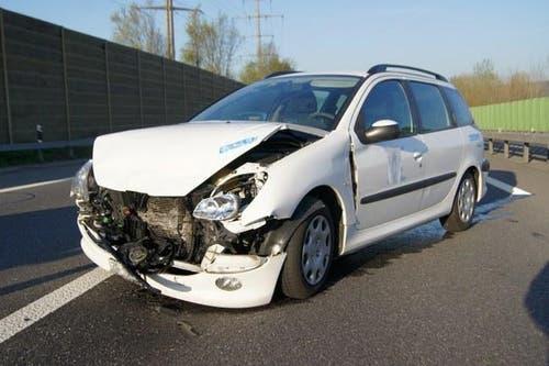 21.04.2015: Auffahrunfall zwischen zwei Autos bei Rotkreuz. Verletzt wurde niemand. Sachschaden: mehrere 10'000 Franken. (Bild: Zuger Polizei)
