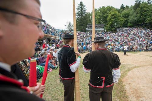 Traditionelle Unterhaltung mit Alphornbläsern und Fahnenschwingern. (Bild: Keystone / Urs Flüeler)