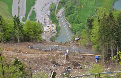 Sicht in den Steilhang zur Baustselle bei der zukünftigen Ausweise und zur Talstation (11.09.2014) (Bild: Bergbahnen Stoos)