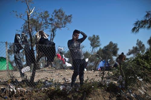 Ein Flüchtling versucht, telefonsch seine Familie zu erreichen. (Bild: Marko Drobnjakovic)