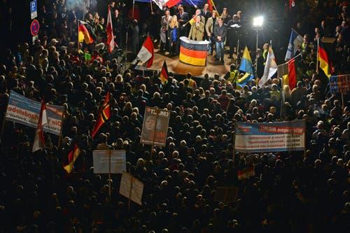 7. Oktober: Die Flüchtlingswelle erzeugt Gegenreaktionen. Demonstranten protestieren in Erfurt gegen die Flüchtlingspolitik. Zur Demonstration hat die rechtsnationale Alternative für Deutschland (AfD) aufgerufen. (Bild: EPA/Martin Schutt)