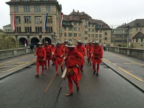 Die Luzerner Zünftler beim Marsch auf den Lindenhof. (Bild: jem)