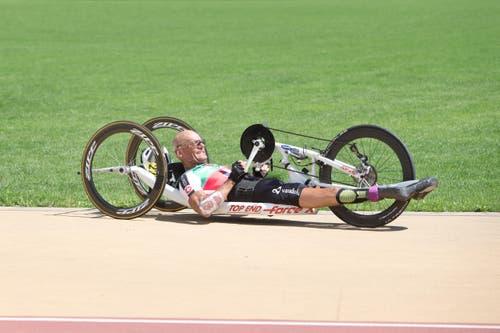 Heinz Frei auf der Ehrenrunde nach dem zweiten Platz im Handbike Strassenrennen. (Bild: Manuela Jans (Neue LZ))