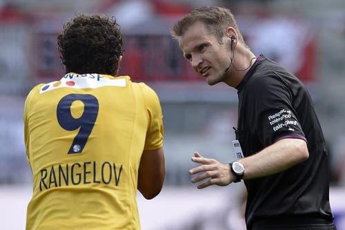 Schiedsrichter Alain Bieri, rechts, spricht mit dem Luzerner Dimitar Rangelov. (Bild: Keystone)