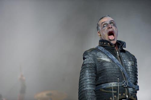 Rammstein-Frontmann Till Lindemann auf der Luzerner Bühne. (Bild: Corinne Glanzmann)