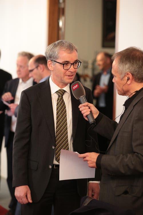 Der Sieger Erich Ettlin gibt Interviews. (Bild: Roger Zbinden / Neue LZ)