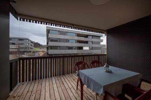 Jeder Bewohner verfügt über ein eigenes Zimmer mit Balkon. Von den 90 neuen Wohnplätzen werden 30 an Menschen mit auffälligem Verhalten und 60 an Menschen mit hohem Pflegebedarf vergeben. (Bild: Pius Amrein)