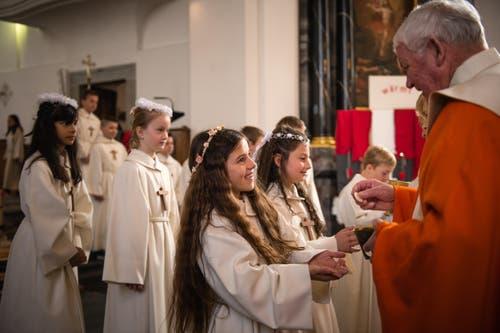 Die Kinder erhalten ihre erste Hostie... (Bild: Roger Grütter / Neue LZ)