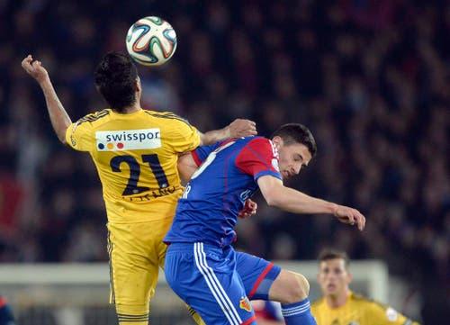 Der Luzerner Dario Lezcano, links, im Spiel gegen den Basel Spieler Fabian Schär. (Bild: Keystone)