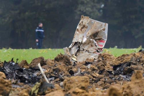 14. Oktober: In Glamondans im französischen Jura stürzt eine F/A-18 der schweizerischen Luftwaffe auf unbewohntem Gebiet ab. Der Pilot kann sich mit dem Fallschirm retten, erleidet aber Verletzungen. (Bild: Keystone / Jean-Christophe Bott)