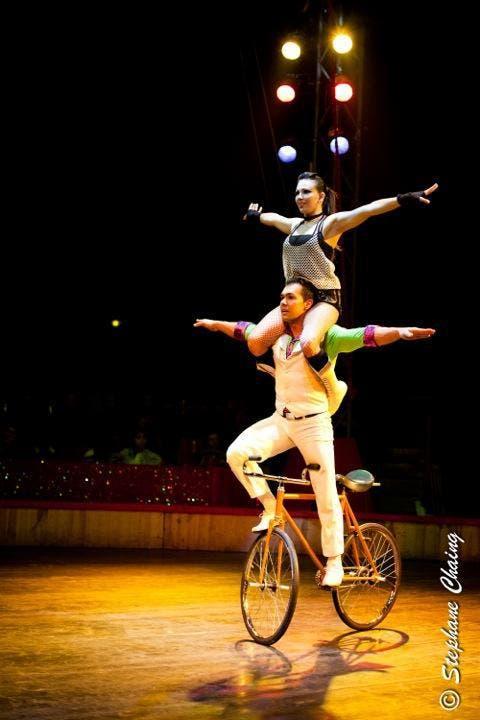 Duo LYD (CUB) Ein weiterer artistischer Eckpfeiler setzt das Duo LYD aus Kuba. Sie zeigen, wie man ein Fahrrad alleine oder zu zweit anders ins Laufen bringen kann. Am Pole-Dance schwingen sie sich behände die Stange hinauf und hinunter und zeigen dabei ein wundervolles aphrodisierendes Zusammenspiel. (Bild: PD)