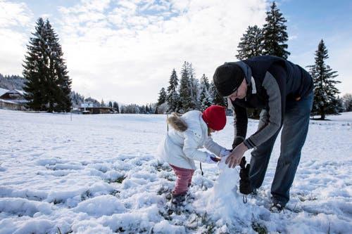 Lisa und Rob bauen einen Schneemann auf dem Zugerberg. (Bild: Keystone / Alexandra Wey)
