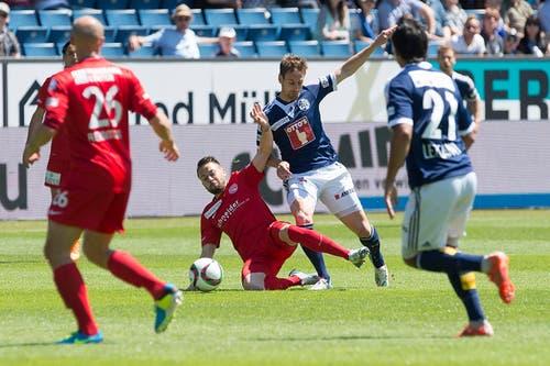 Luzerns Jérôme Thiesson (zweiter von rechts) gegen Thuns Andreas Wittwer. (Bild: Keystone)