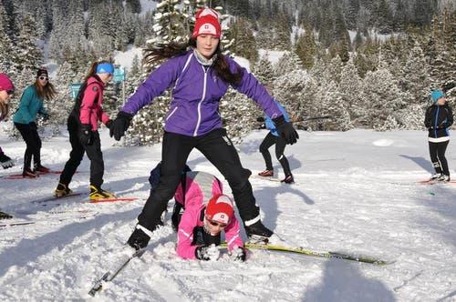 Spielerisches Aufwärmen und Einlaufen in der frisch verschneiten Landschaft im Langis. (Bild: Robert Hess / Neue OZ)