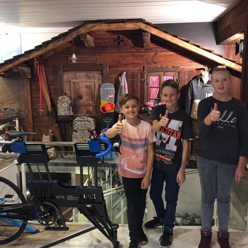 Elisa Dell'Olivo (11), Andrin Mehr (10) und Ganesh Mehr (12) verbringen ihren Zukunftstag in Luzerns legendären Bike- und Snowboard-Shop bikelocal – boardlocal. Wir freuen uns, ihnen einen vielseitigen Einblick in die Welt des Fahrrades und des Snowboardens geben zu können. (Bild: Stefan Blättler)