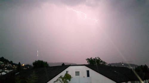 Blitzaufnahme in Kriens, kurz bevor der Regen los ging. (Bild: Leserbild Franco Camporesi)