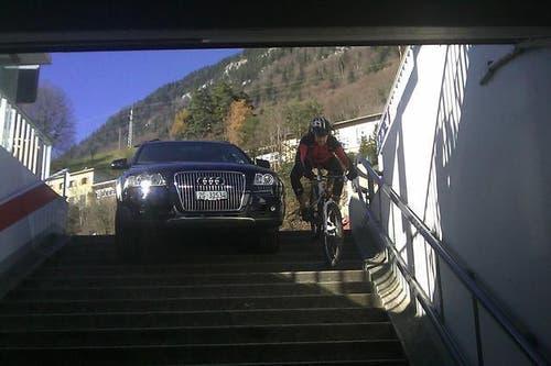 Eigentlich wollte die Fahrerin dieses Offroaders bei den Pilatus-Bahnen parkieren. Stattdessen landete sie im Eingangsbereich der Fussgängerunterführung zum Bahnhof Alpnachstad. Die Irrfahrt fand am 15. November 2010 statt. (Bild: pd)