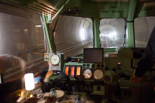 Der Rote Pfeil auf dem Weg im längsten Eisenbahntunnel der Welt von Erstfeld nach Biasca. (Bild: SIGI TISCHLER)