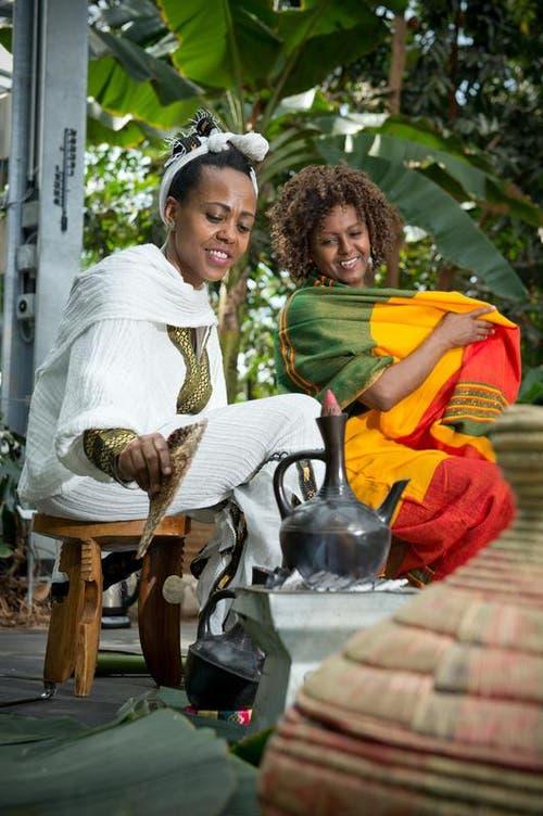 er erhält die Möglichkeit zur Degustation und kann unter Anleitung sogar selber Bohnen rösten. Auf dem Bild: Äthiopische Kaffeezeremonie mit Sarah Roduner (links) und Frehiwot Teshome. (Bild: Dominik Wunderli / Neue LZ)