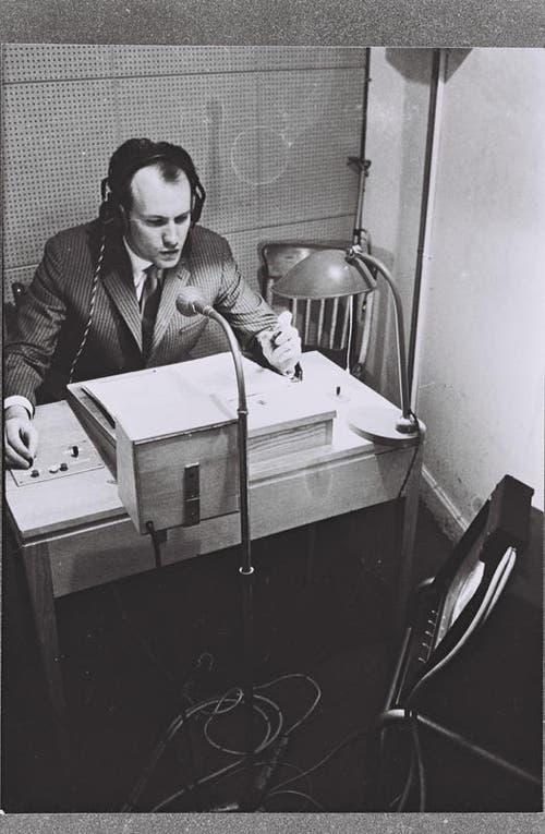 1962: Erich Gysling spricht einen Off-Kommentar. (Bild: SRF)