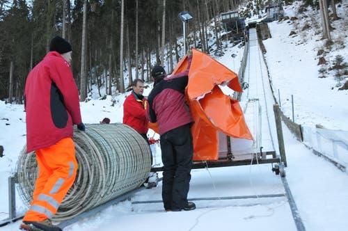 Anfangs Dezember: Helfer legen Kühlleitungen in die Anlaufspur. (Bild: Matthias Piazza)