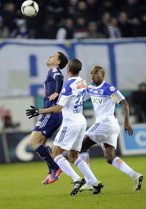 Dimitar Rangelov vom FC Luzern (links) gegen Abdel Chahksi und Ibrahim Tall von Lausanne. (Bild: Keystone)