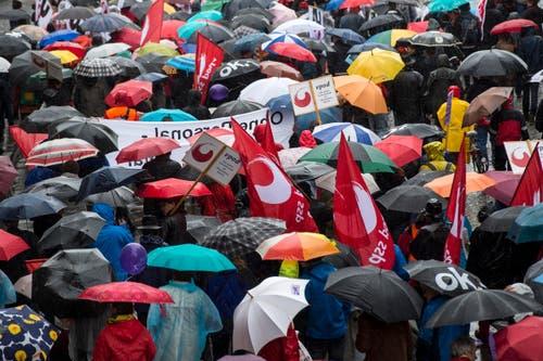 Zürich: Demonstranten tragen Transparente beim traditionellen 1. Mai-Umzug am Freitag, 1. Mai 2015. (Bild: Keystone)