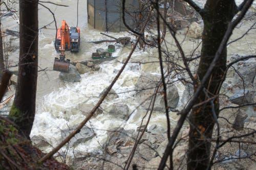 Durch das Molassegestein wurde das Flussbett der kleinen Emme auf einer Länge von ca. 50 x 20 Meter verschüttet. (Bild: Keystone / Urs Flüeler)