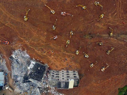 21. Dezember: In der südchinenischen Stadt löst sich eine Schuttdeponie und verschüttet mindestens 33 Gebäude, darunter Arbeiterunterkünfte und Fabriken. Über 90 Personen werden vermisst. Der Rutsch löst zudem die Explosion an einer Pipeline aus, die Hongkong mit Gas beliefert. (Bild: AP / Color China Photo)