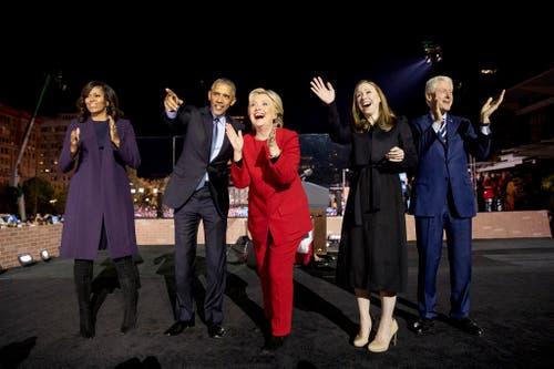 First Lady Michelle Obama, Noch-Präsident Barack Obama, Kandidatin Hillary Clinton mit Tochter Chelsea und Ehemann Bill (von links). (Bild: Keystone)