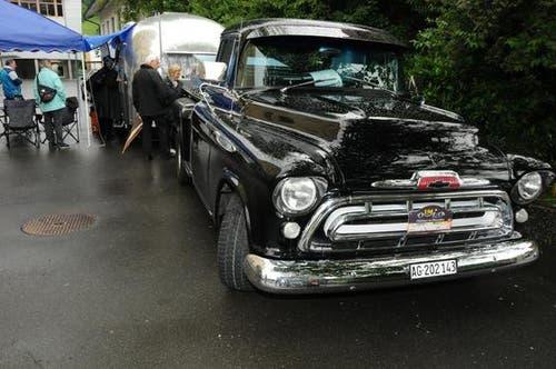 Ein mächtiger Chevrolet mit Wohnwagen. (Bild: Geri Wyss / Neue NZ)