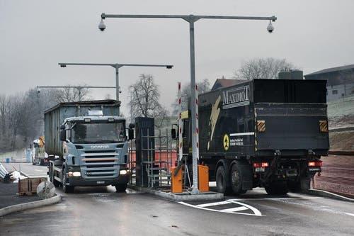 Die ersten Lastwagen fahren vor. (Bild: Boris Bürgisser / Neue LZ)