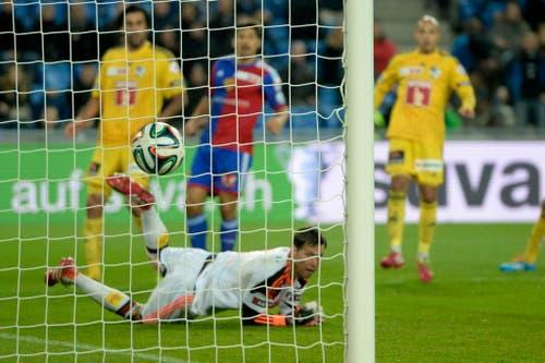 Basel Spieler Davide Calla, hinten Mitte, schiesst das 1:0 für Basel, gegen Luzern-Torhüter David Zibung (Bild: Keystone)