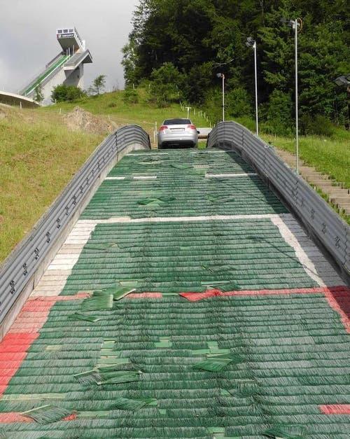 Dieser kuriose «Unfall» passierte am 17. Juni 2012. Ein 37-jähriger Autofahrer steuerte seinen Audi Richtung der kleinsten Einsiedler Sprungschanze und versuchte den Auslauf zu erklimmen - was ihm nach mehreren Anläufen auch gelang. Vor dem Schanzentisch blieb er stehen. Warum er das tat, ist nicht bekannt. (Bild: pd)