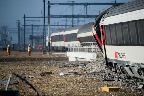 20. Februar: Beim Bahnhof Rafz stossen eine S-Bahn und ein Interregio-Zug seitlich zusammen. In den beiden Führerständen sitzen je ein Lokführer-Lehrling und ein Ausbildner. Sechs Personen werden verletzt, eine davon schwer. Ursache ist mit grossen Wahrscheinlichkeit menschliches Vesagen. (Bild: Keystone / Ennio Leanza)