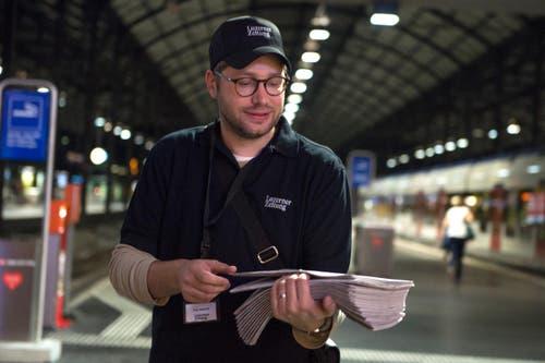 Sven Gallinelli, Leiter Gestaltung und Produktion, bringt die Zeitung unter die Passanten. (Bild: Nadia Schärli / Neue LZ)