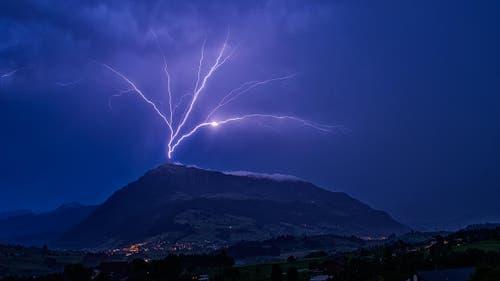 Blitzeinschlag in den Sendemasten auf der Rigi (Bild: Leser Dionys Moser)