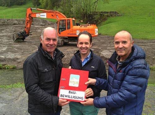13.05.2014: Projektleiter Urs Bollmann nimmt die Baubewilligung von Titlis Rotair CEO Norbert Patt und Mediensprecher Peter Reinle in Empfang (von links). (Bild: PD)